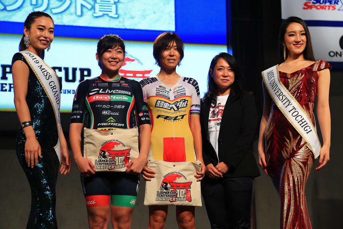 スプリント賞を獲得した伊藤杏奈(ライブガーデン・ビチステンレ)と唐見実世子(弱虫ペダルサイクリングチーム)