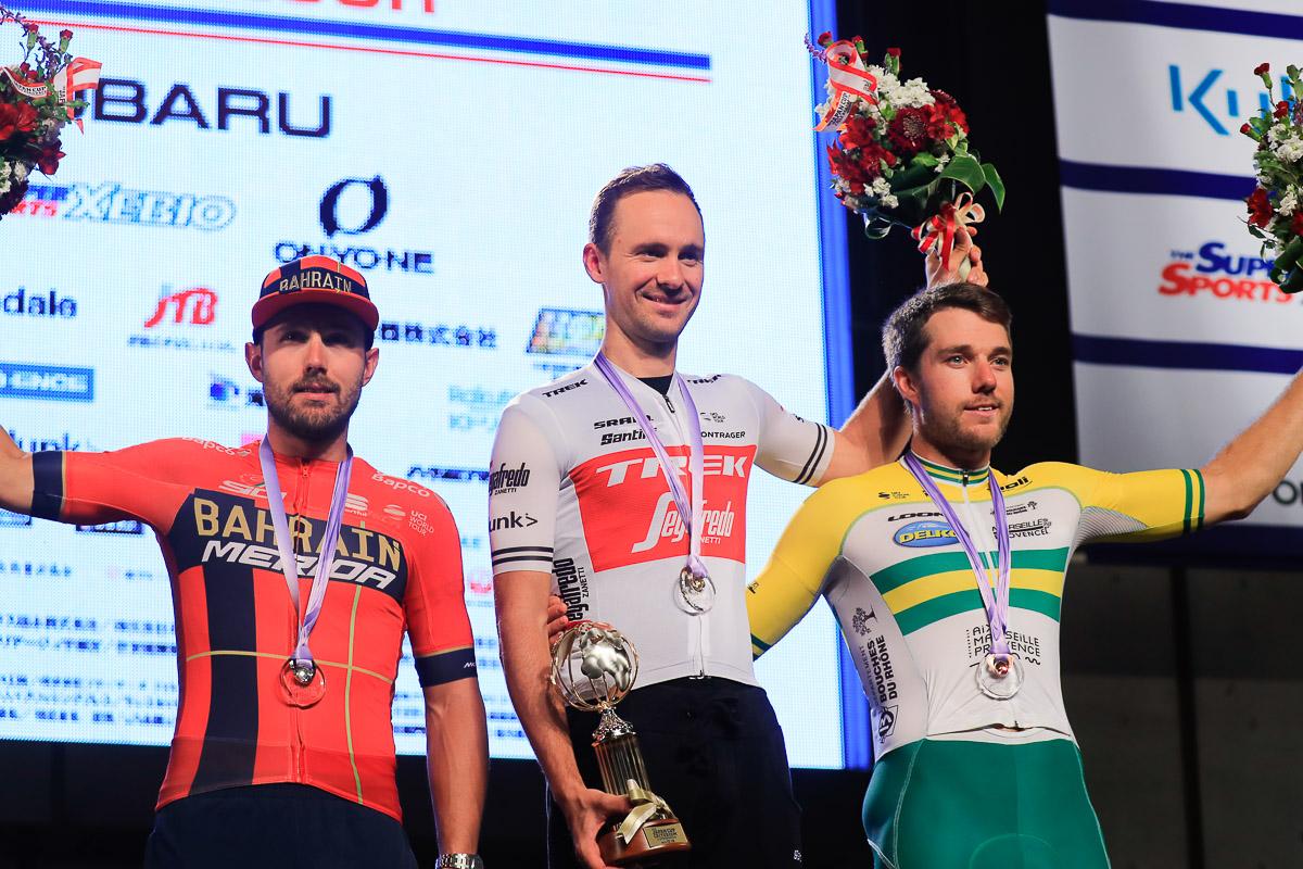 ジャパンカップクリテリウム表彰式 優勝はエドワード・トゥーンス(ベルギー、トレック・セガフレード)