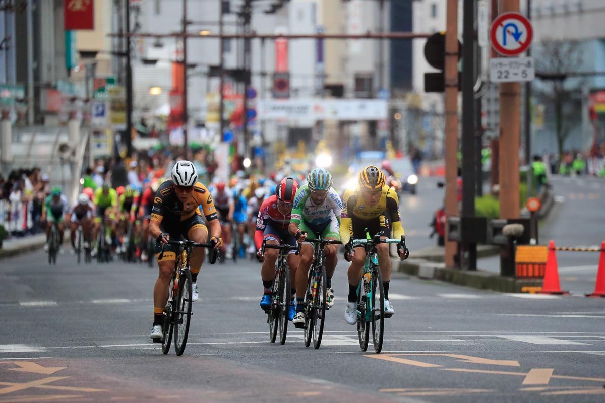 宇都宮大通りを選手たちが高速で駆け抜ける
