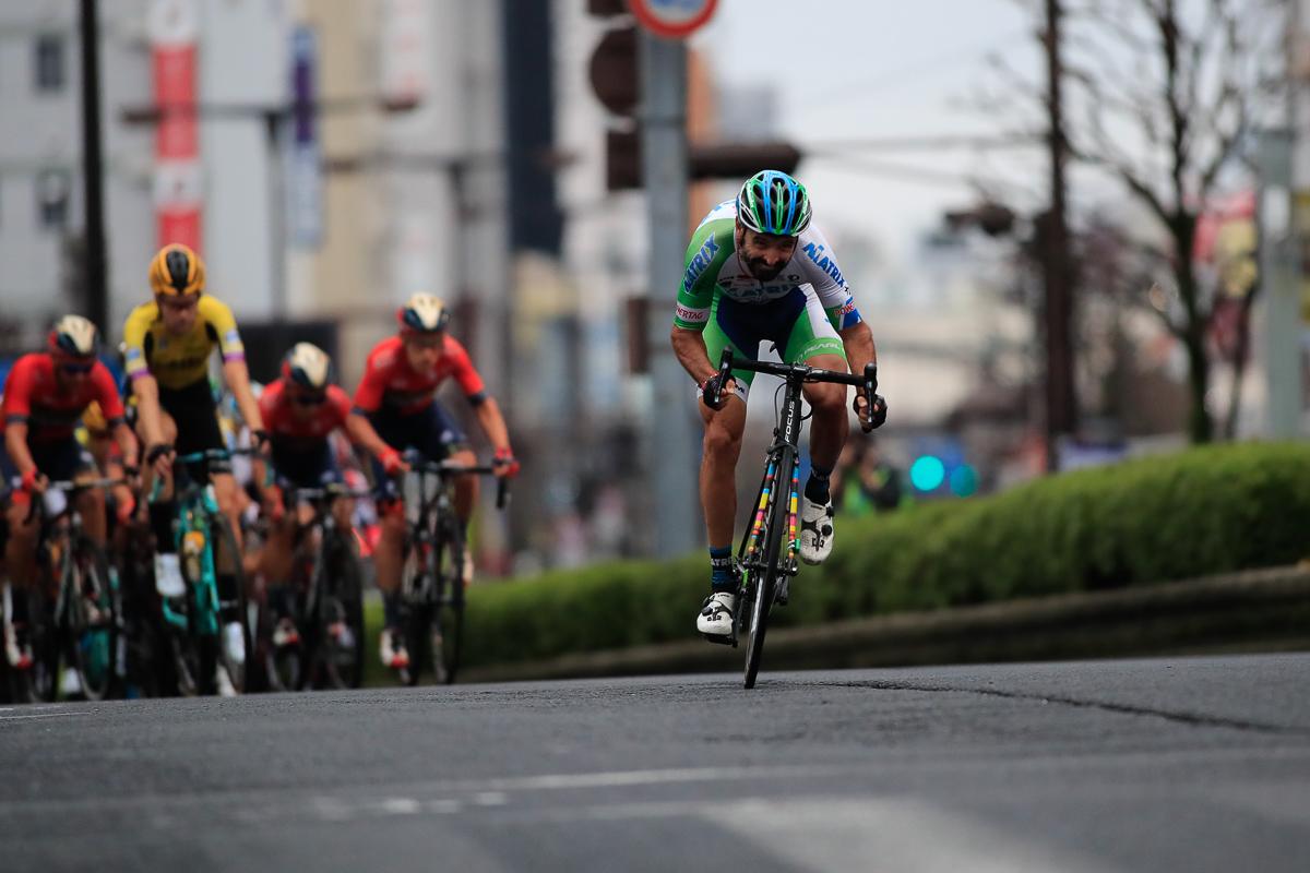 スプリント賞獲得の後も果敢にアタックを掛けるフランシスコ・マンセボ(マトリックス・パワータグ)