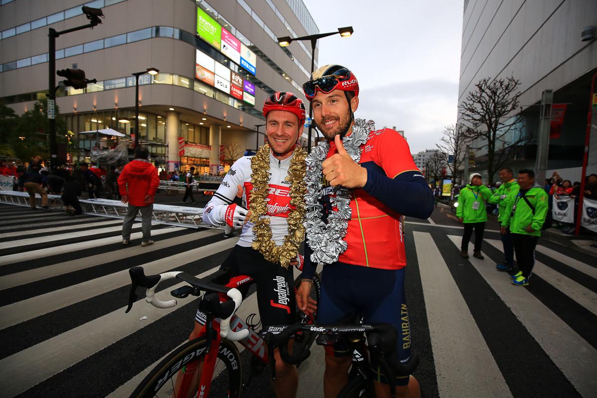 優勝したエドワード・トゥーンス(ベルギー、トレック・セガフレード)とソンニ・コルブレッリ(バーレーン・メリダ)