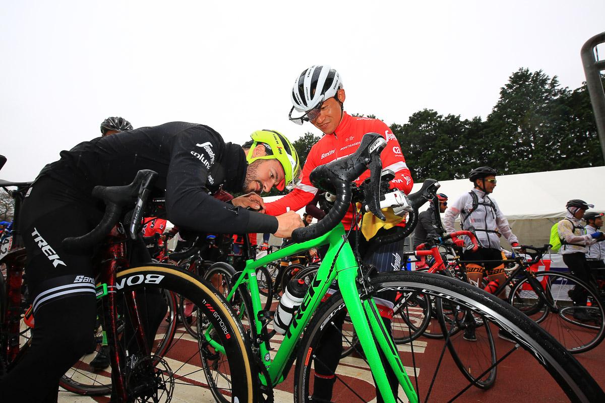 トレックのバイクに乗っているとトレック・セガフレードも選手が喜んでサインしてくれる