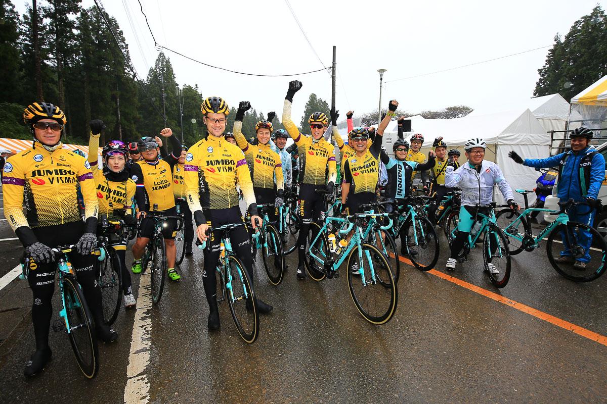 ビアンキオーナーズライドを企画して走ったユンボ・ヴィスマの選手と参加者たち