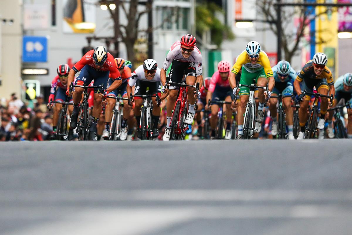 先頭でスプリントするソンニ・コルブレッリ(イタリア、バーレーン・メリダ)とエドワード・トゥーンス(ベルギー、トレック・セガフレード)