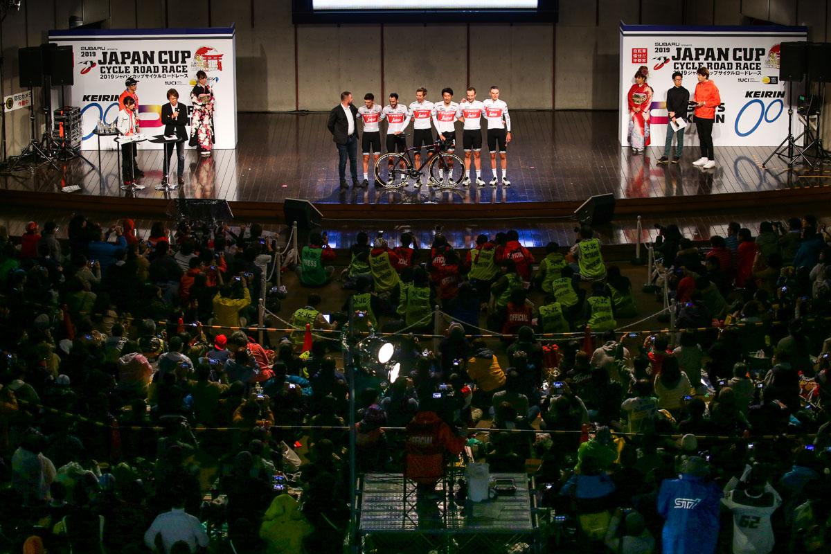 国内チームに続きステージには海外チームが紹介された