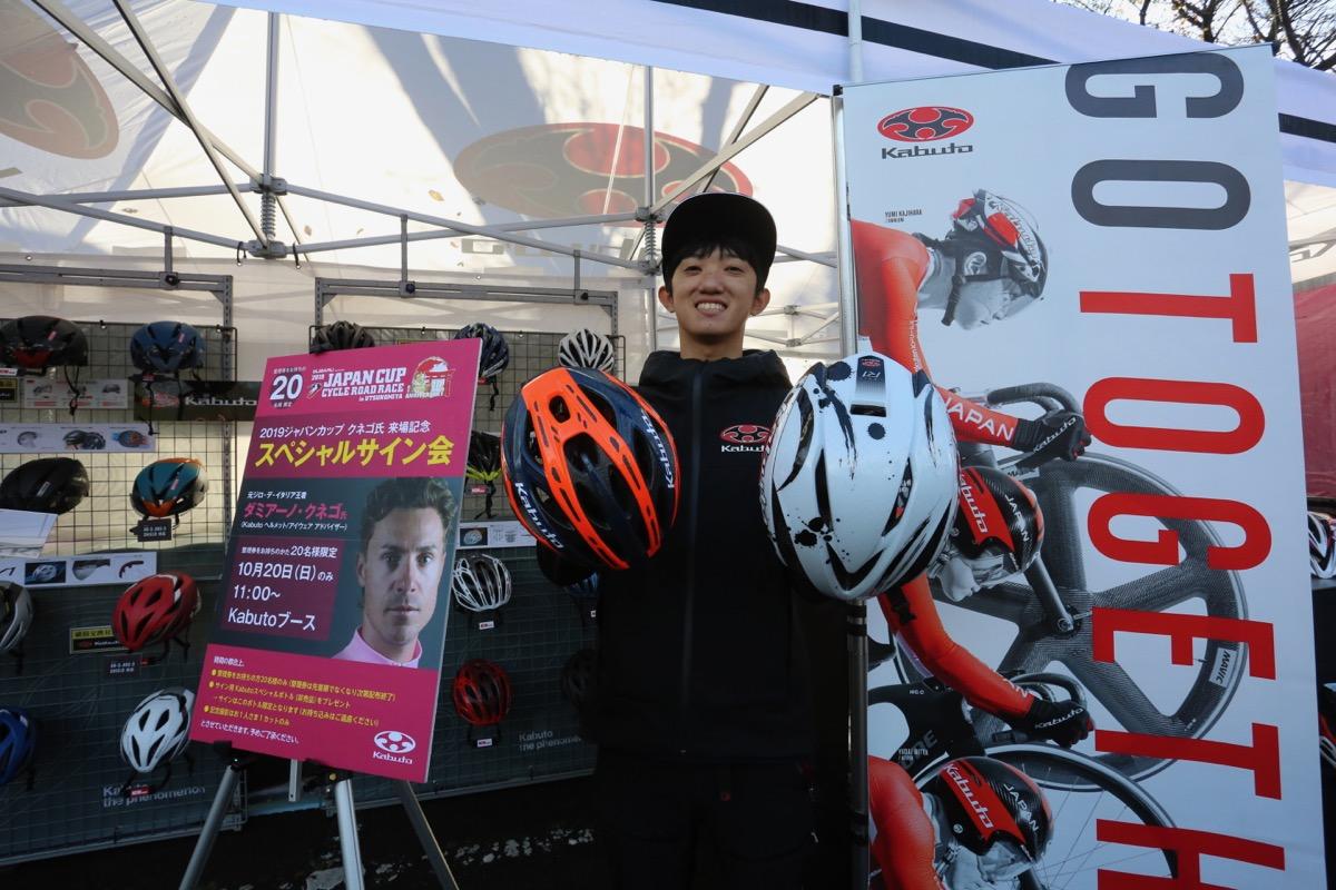 ダミアーノ・クネゴサイン会も実施するOGKカブトでは、サポートチームカラーのヘルメットなどを展示中