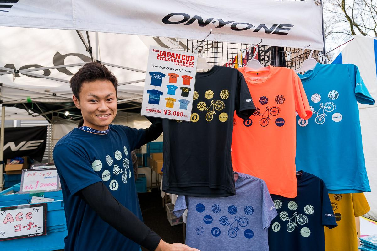 オンヨネブースでは、ジャパンカップ限定Tシャツやサコッシュなどを販売