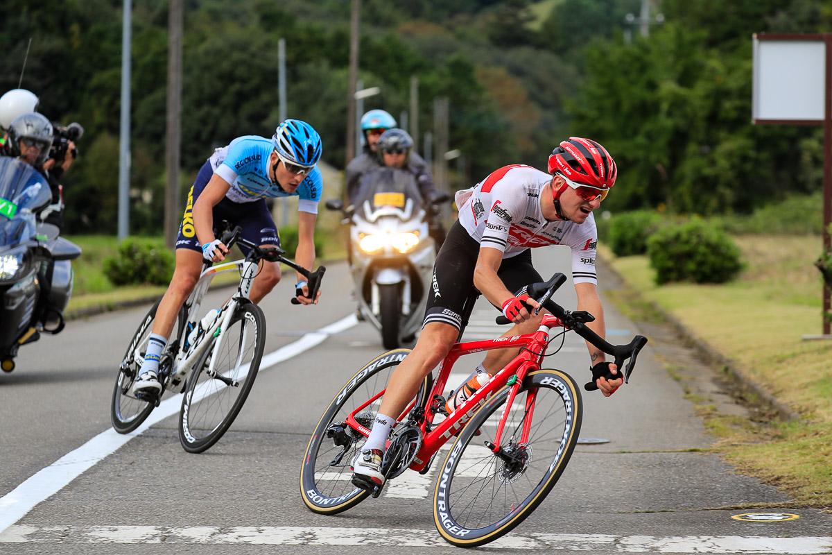 最後まで逃げ続けるジュリオ・チッコーネ(イタリア、トレック・セガフレード)とルカ・ドゥロシ(フランス、デルコ・マルセイユ・プロヴァンス)