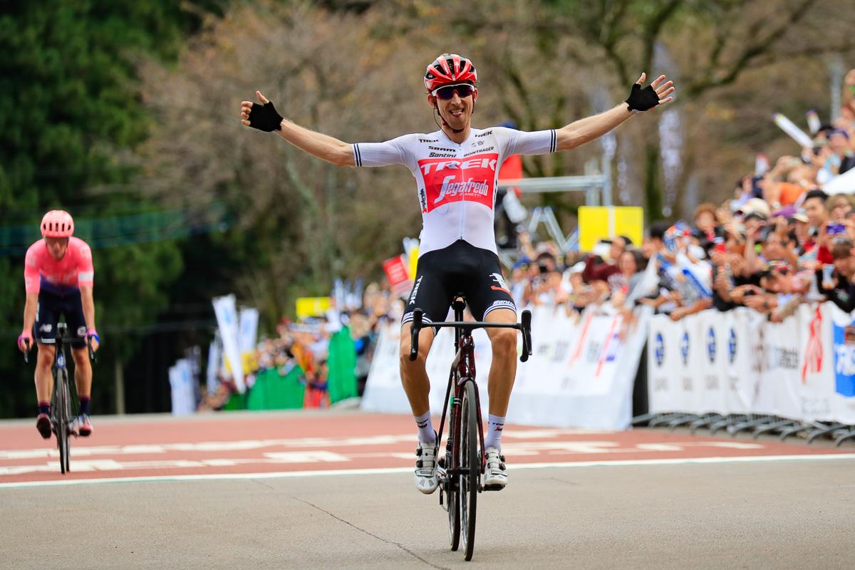 マイケル・ウッズ(カナダ、EFエデュケーションファースト)との一騎打ちを制し、JC2度目の優勝を手にしたバウケ・モレマ(オランダ、トレック・セガフレード)