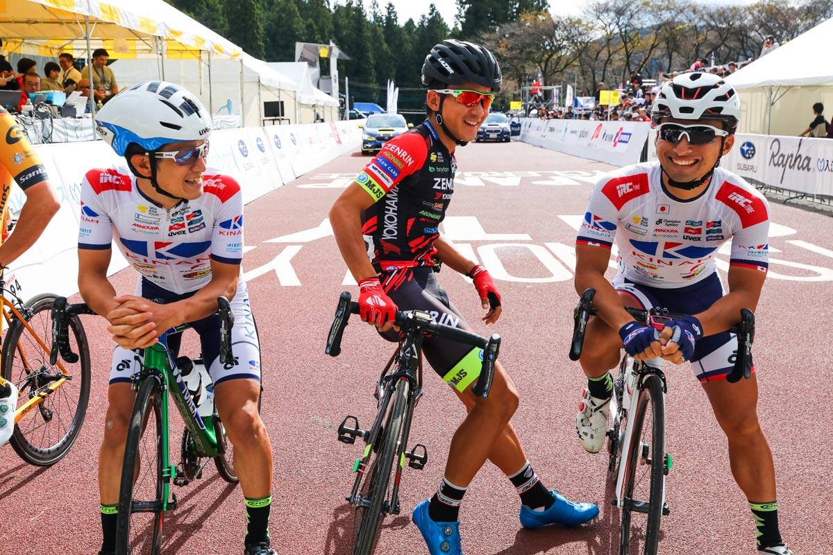 毎年早めにスタートラインにやってくる中島康晴と山本元喜(キナンサイクリング)、内間康平(チーム右京)