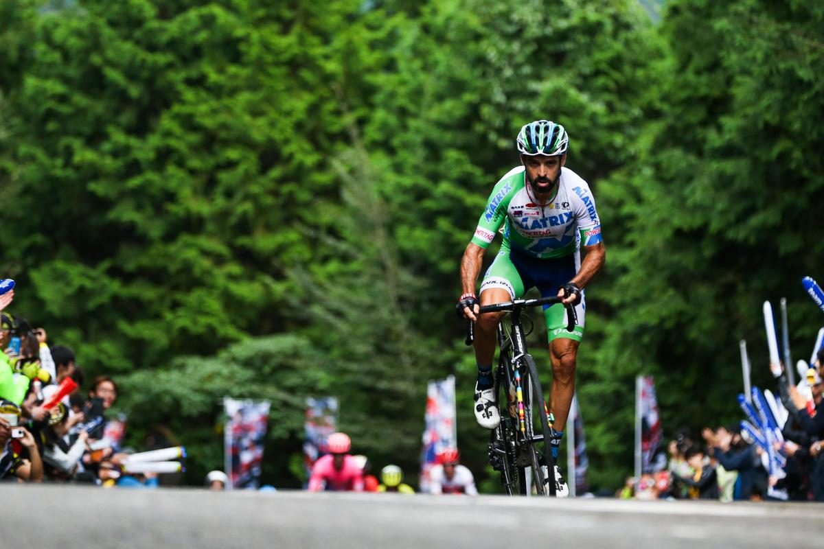 山岳賞に向かって飛び出すフランシスコ・マンセボ(スペイン、マトリックス・パワータグ)