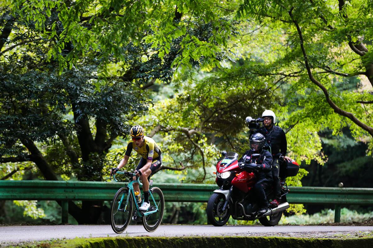 独走で残り2周の古賀志林道に向かうニールソン・ポーレス(アメリカ、ユンボ・ヴィズマ)
