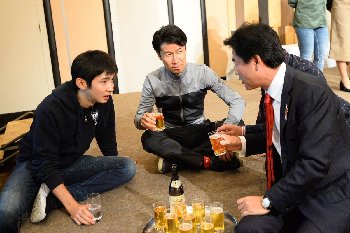 居酒屋栗村の常連(?)佐藤市長と石上優大が話しこむ