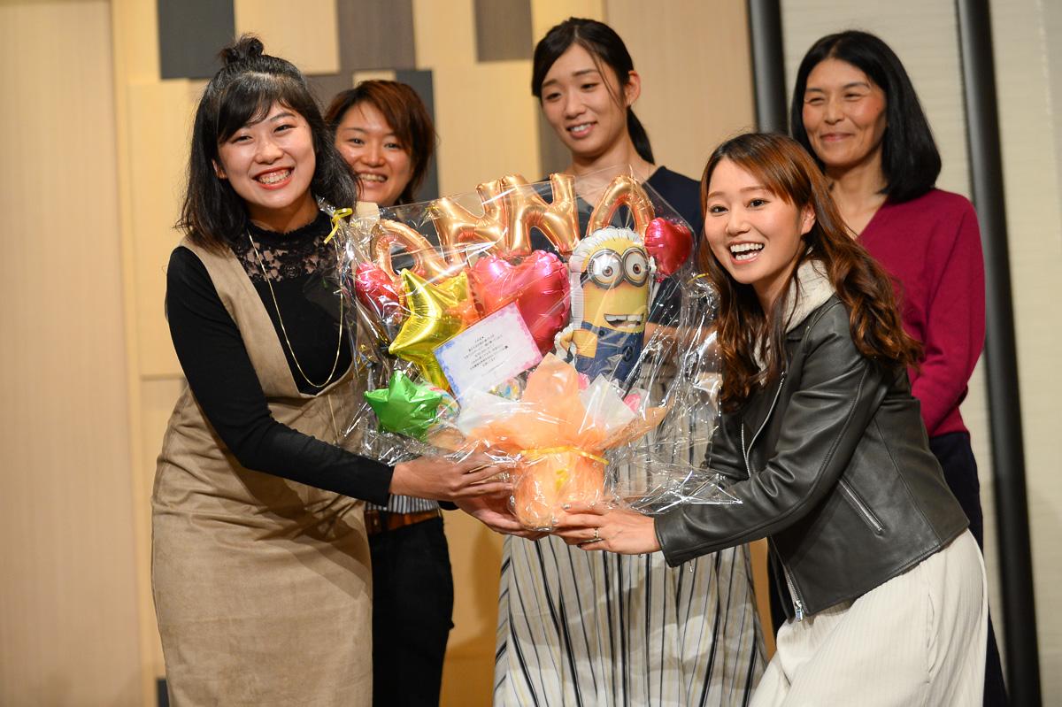 ジャパンカップで引退する伊藤杏菜に Live GARDEN BICI STELLEの雨谷千紗子から記念品贈呈