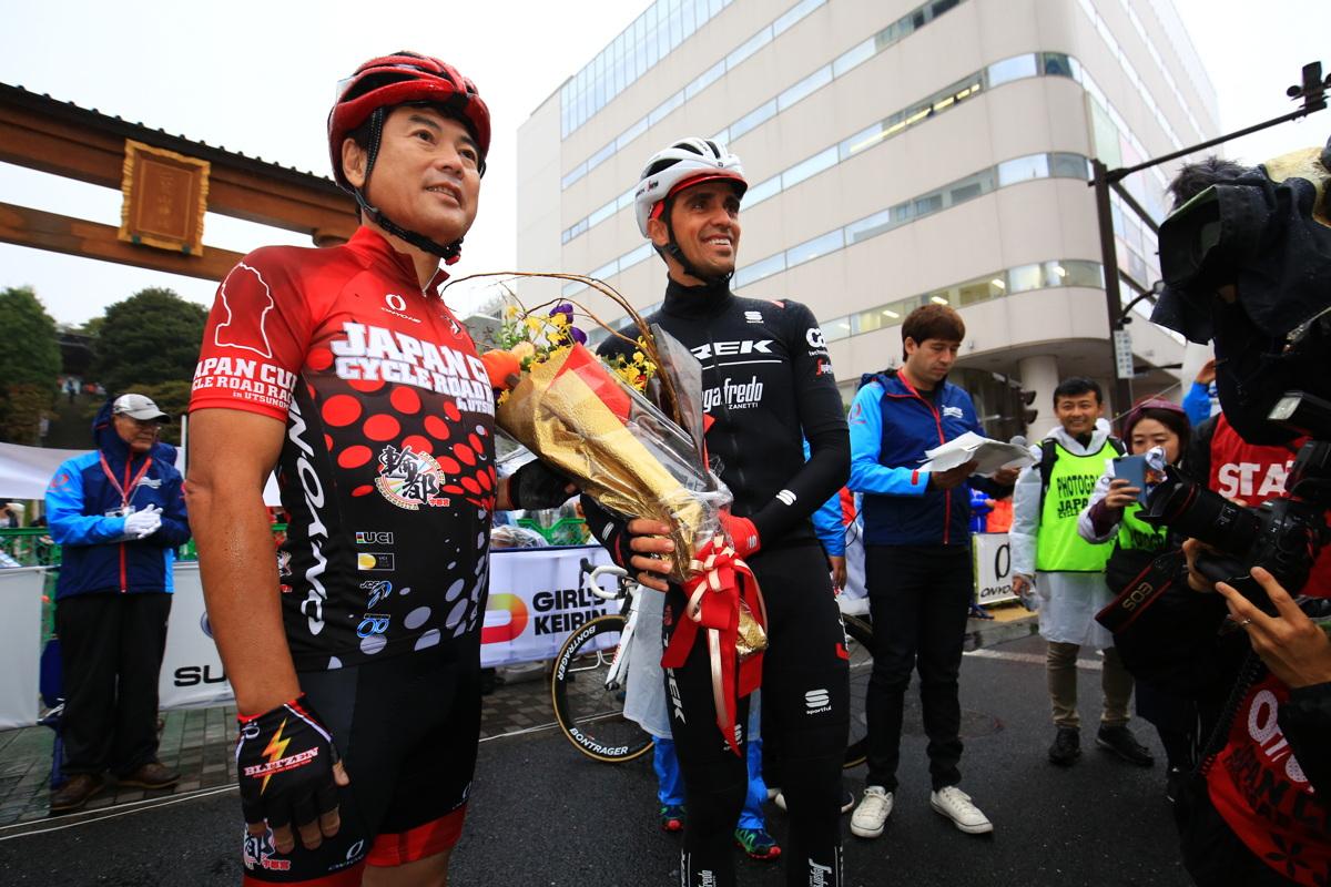 ジャパンカップ2017で佐藤市長より花束を受け取るアルベルト・コンタドール