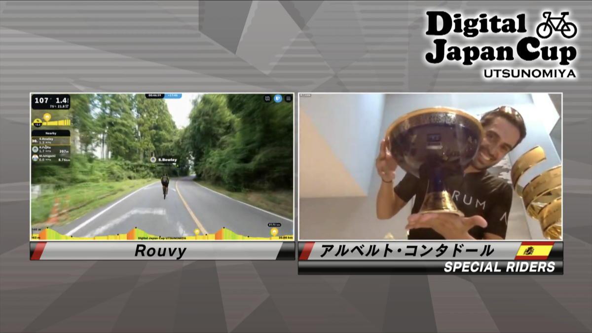 レース後のインタビューで、自ら獲得したジロとツールのトロフィーを見せてくれたアルベルト・コンタドール
