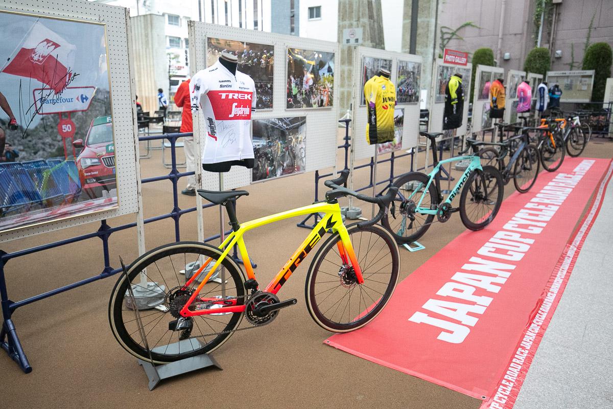 各海外トップチームのジャージとバイクが展示された
