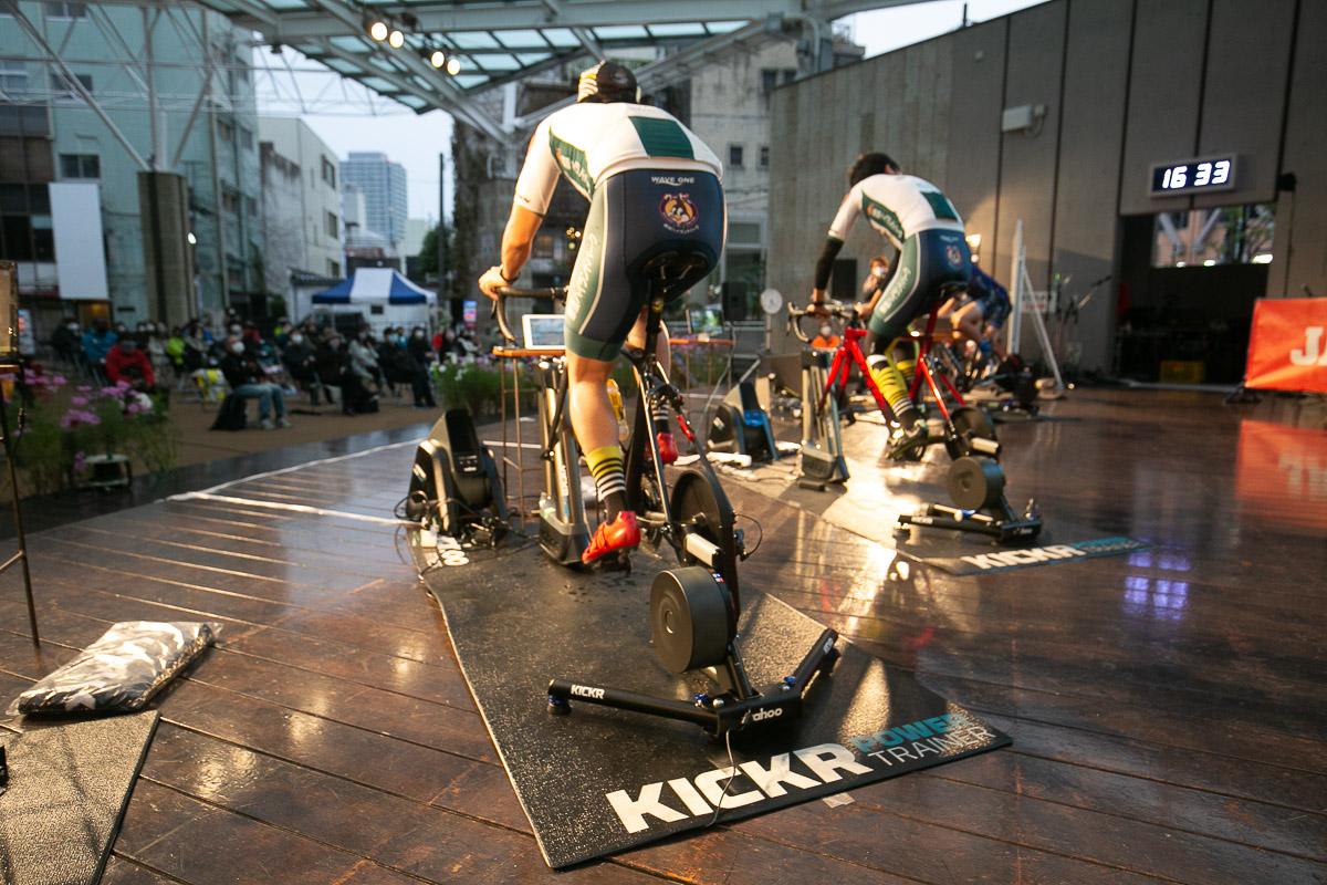 ワフーKICKRスマートトレーナーと、勾配を再現するKICKR climbにバイクをセット