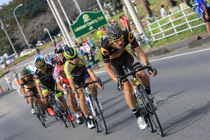 1周目に抜け出しに成功した7人の逃げ。先頭を引くのはエリック・シェパード(オーストラリア、アタック・チームガスト)