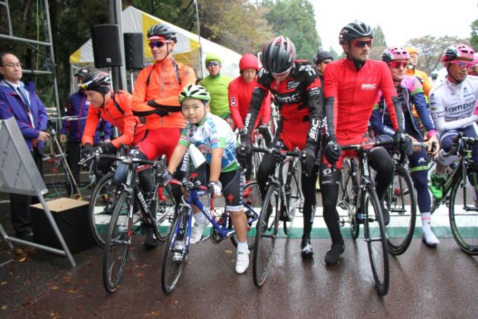 レインウェアを着込んだ海外選手たちが森林公園周回コースに集結