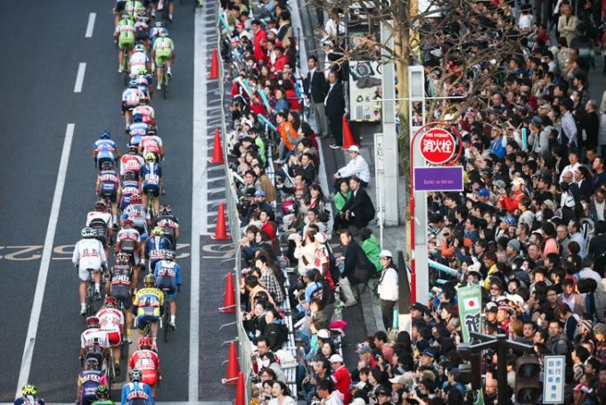 幾重にも観客が詰めかけた宇都宮大通り