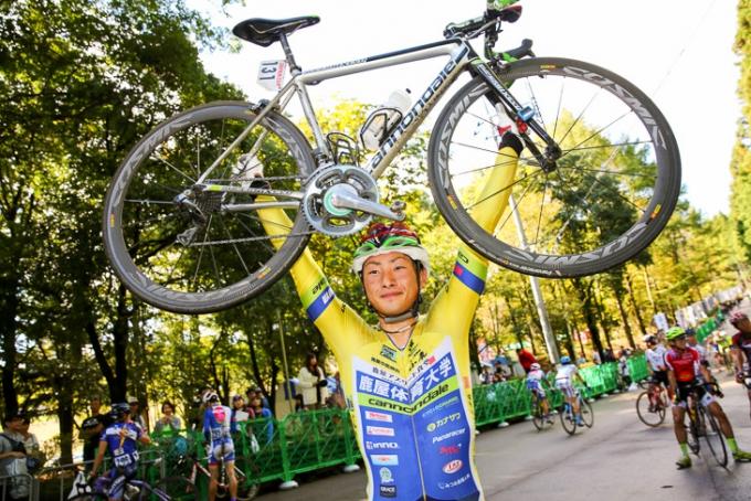 山本大喜(鹿屋体育大学)がウィニングバイクのキャノンデールを誇らしげに掲げる