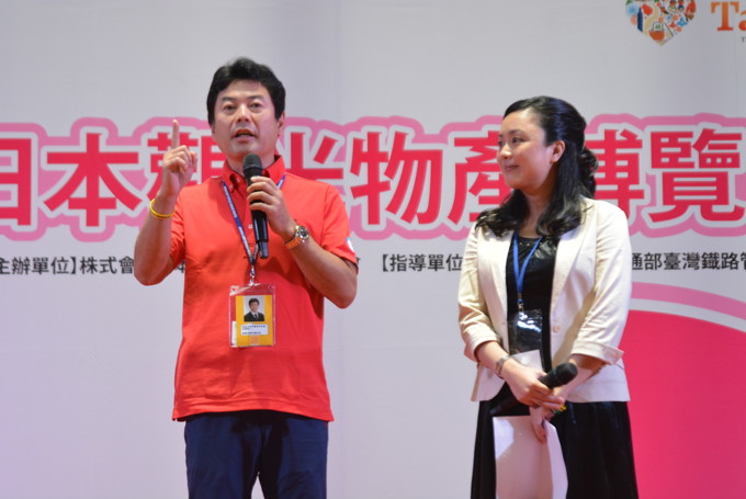 イベントステージで宇都宮市をPRする佐藤市長(左)