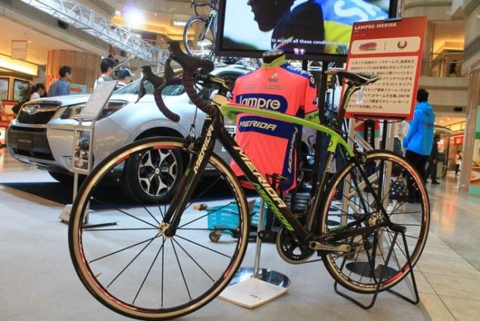 ブースには各UCIプロチームのジャージやバイクが展示され、注目を集めていました