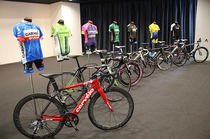 会場の後ろには出場プロチームのジャージとバイクが展示された