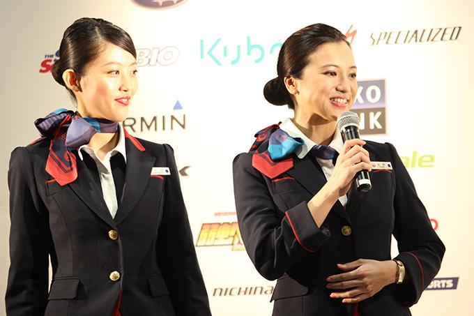 JCオフィシャルエアラインJALのキャビンアテンダンド、村松優さん(写真左)、田原あゆみさんが登壇。2人とも地元栃木出身