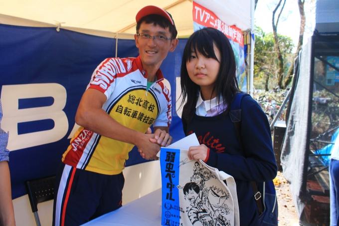 弱虫ペダルブースでは当選した方に渡辺先生のサイン入りサコッシュが手渡された