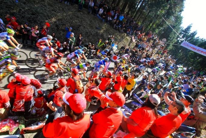 古賀志林道頂上付近は例年以上の数の観客が詰めかけた