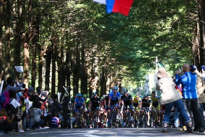 ガーミン・シャープやチームスカイを先頭に鶴カントリーの登りを進む