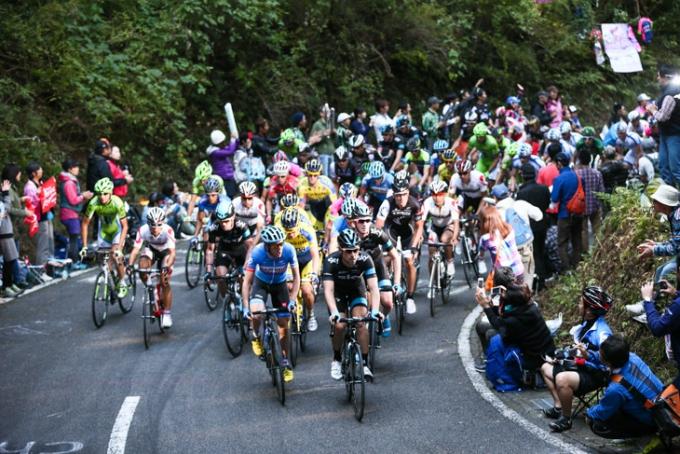 ベルンハルト・アイゼル(オーストリア、チームスカイ)を先頭に古賀志林道を進む