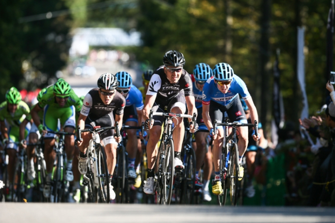 先頭で最終周回を走るヘイデン・ロールストン(ニュージーランド、トレックファクトリーレーシング)やダニエル・マーティン(アイルランド、ガーミン・シャープ)