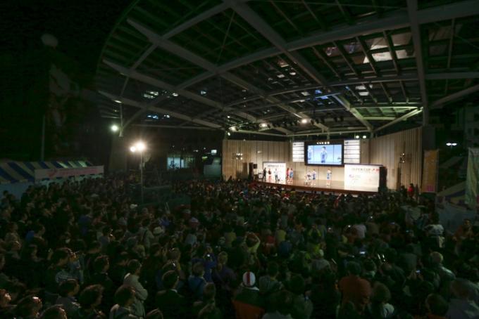 観客が詰めかけたオリオンスクエア