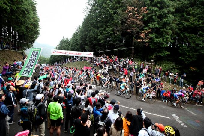 観客が詰めかけた古賀志林道頂上付近
