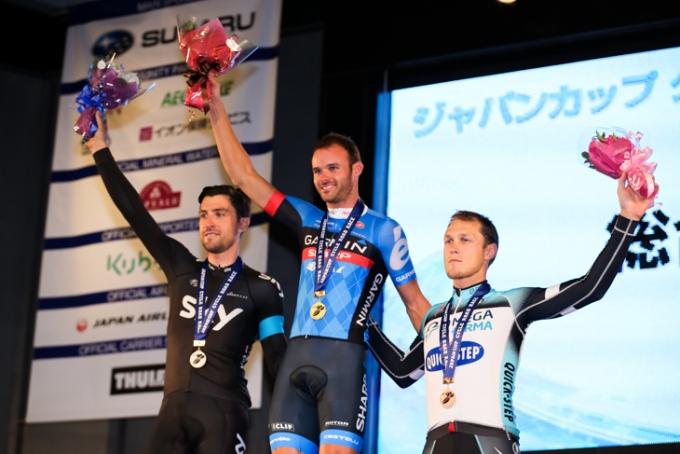 クリテリウム表彰台 左から2位ベルンハルト・アイゼル(オーストリア、スカイプロサイクリング)、1位スティール・ヴォンホフ(オーストラリア、ガーミン・シャープ)、3位マッテーオ・トレンティン(イタリア、オメガファーマ・クイックステップ)
