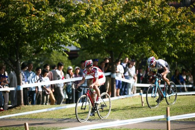 合田正之(cycleclub3UP)を抜いて先頭に立つ小坂光(宇都宮ブリッツェンシクロクロスチーム)