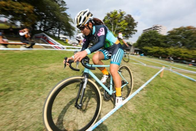 カテゴリーL1 先頭争いを繰り広げる今井美穂(CycleClub.jp)