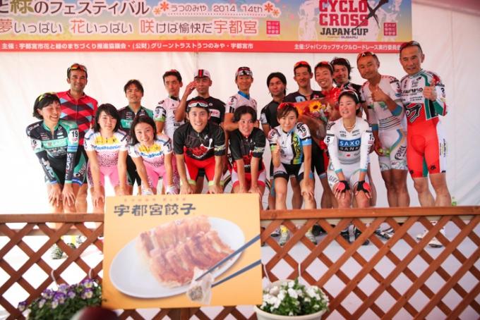 エキシビションレース参加者全員に宇都宮餃子が贈られた