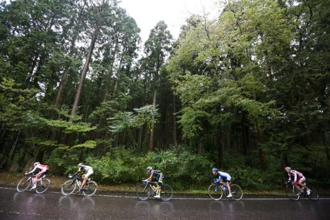 雨に濡れた森林公園の下りをこなす逃げグループ