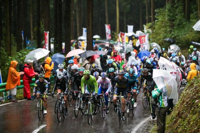 イヴァン・バッソ(イタリア、キャノンデールプロサイクリング)らを先頭に古賀志林道を登る