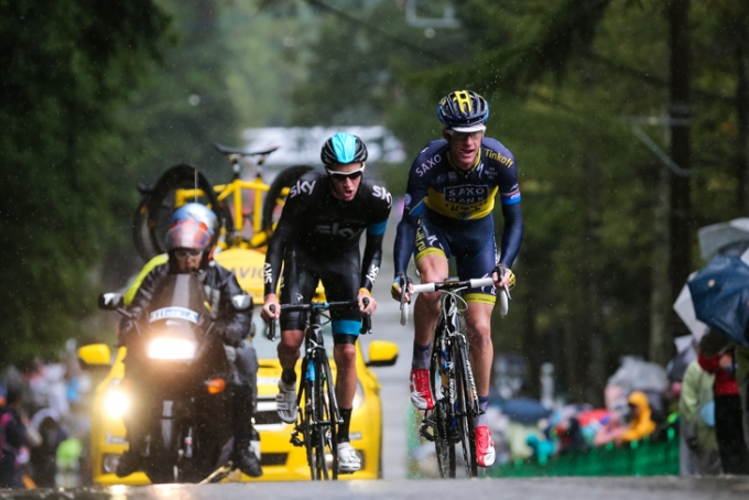 最終周回に差し掛かるマイケル・ロジャース(オーストラリア、サクソ・ティンコフ)とジョシュア・エドモンソン(イギリス、スカイプロサイクリング)