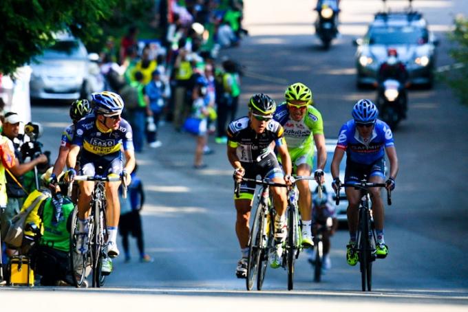 最終周回に入るラファル・マイカ(ポーランド、サクソバンク・ティンコフバンク)やジュリアン・アレドンド(コロンビア、チームNIPPO)