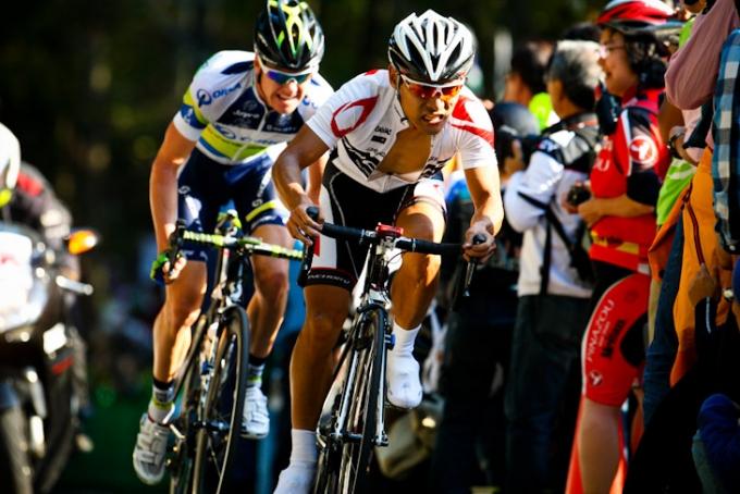 先頭グループから遅れて最終周回に入る清水都貴(チームブリヂストン・アンカー)とサイモン・クラーク(オーストラリア、オリカ・グリーンエッジ)