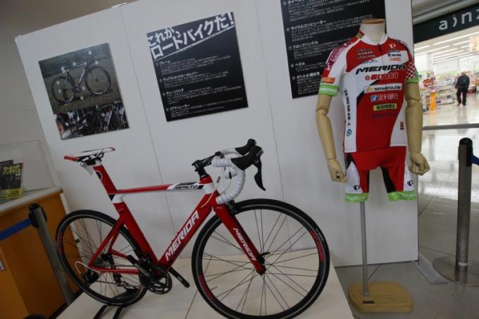 宇都宮ブリッツェンのチームバイクとジャージの展示