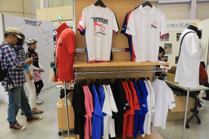 販売ブースに並んだオリジナルTシャツ