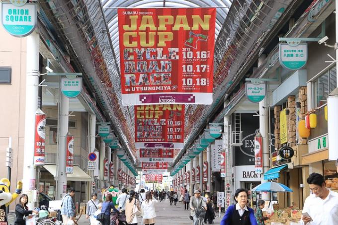 オリオン通りを赤く彩るジャパンカップのバナー