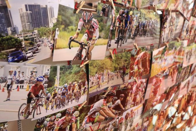 壁面にびっしり貼られたブリッツェンの写真。ファンならどれも見入ってしまう